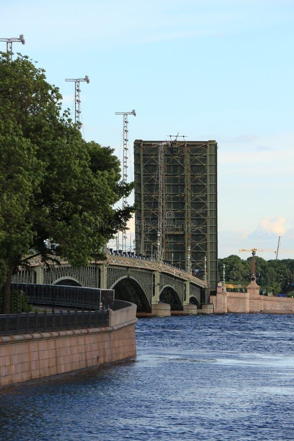 Rosja, St Petersburg rozwiedziony trójca most obrazy royalty free