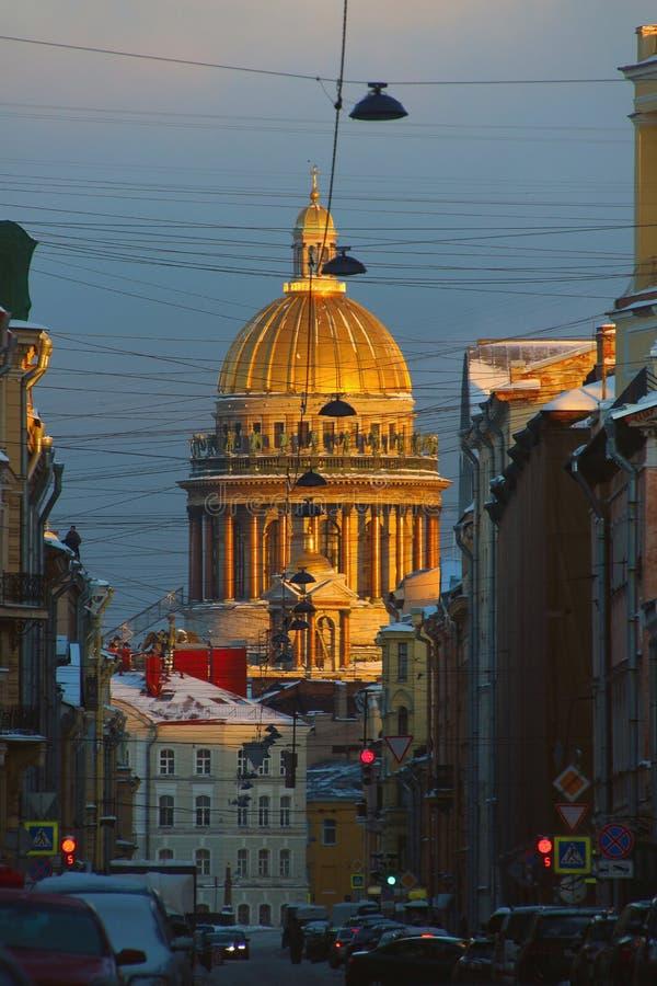 Rosja, St Petersburg, widok kopuła St Isaac katedra nad dachami domy obraz stock