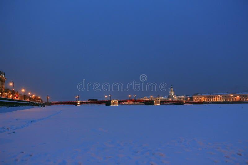 Rosja, St Petersburg, widok pałac most na zimy nocy obrazy stock