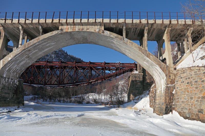 Rosja, Syberia, zima Baikal widok starzy mosty Circ obrazy stock