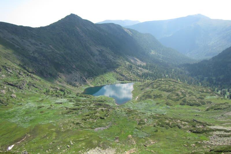 Rosja szczytu Cherskogo jeziorny upał zdjęcie stock