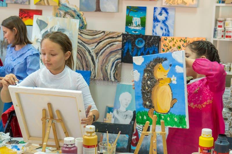 Rosja, Tatarstan, Kwiecień 20, 2019 Dziewczyna rysuje jeża Kreatywnie nastoletnia dziewczyna paitning obrazek na sztaludze Wnętrz obrazy royalty free