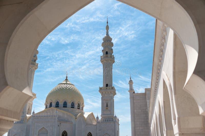 Rosja, Tatarstan ryps - 05 11 2019 Biały meczet w Bolgar, meczetu wierza zdjęcia stock