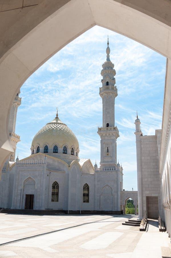 Rosja, Tatarstan ryps - 05 11 2019 Bia?y meczet w Bolgar, meczetu wierza zdjęcie stock