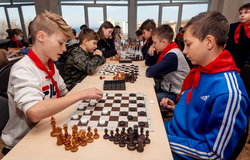 Rosja, Vladivostok, 12/01/2018 Dzieciaki bawić się szachy podczas szachowej rywalizacji w szachowym klubie Edukacji, szachy i umy obrazy royalty free