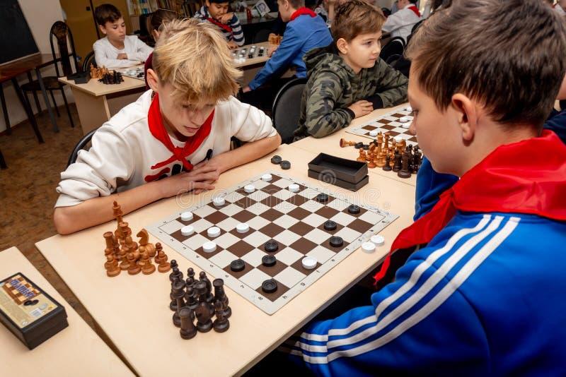Rosja, Vladivostok, 12/01/2018 Dzieciaki bawić się szachy podczas szachowej rywalizacji w szachowym klubie Edukacji, szachy i umy obrazy stock