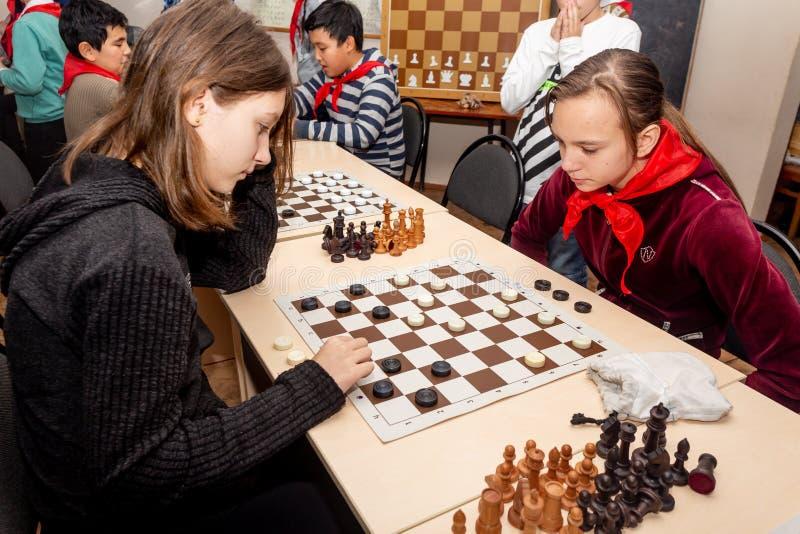Rosja, Vladivostok, 12/01/2018 Dzieciaki bawić się szachy podczas szachowej rywalizacji w szachowym klubie Edukacji, szachy i umy zdjęcia royalty free