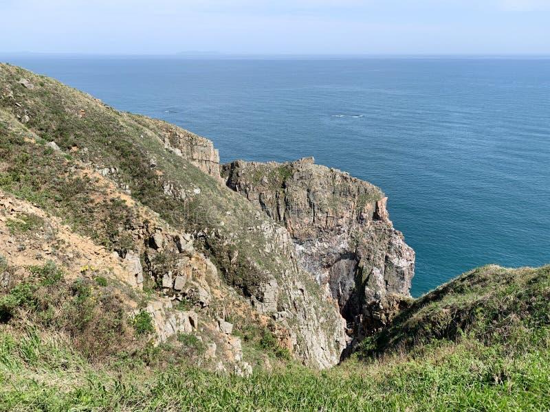 Rosja, Vladivostok Skalisty brzeg wyspa Shkot w archipelagu imperatorowa Eugenie w pogodnym wiosna dniu obrazy royalty free