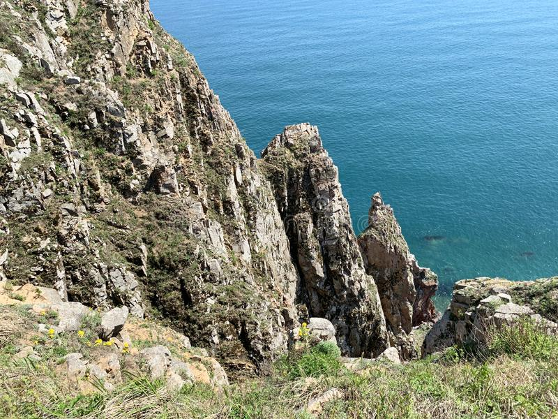 Rosja, Vladivostok Skalisty brzeg wyspa Shkot w archipelagu imperatorowa Eugenie w pogodnym wiosna dniu zdjęcie royalty free