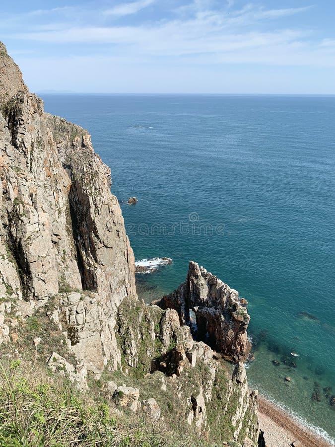 Rosja, Vladivostok Skalisty brzeg wyspa Shkot w archipelagu imperatorowa Eugenie w pogodnym wiosna dniu obraz stock