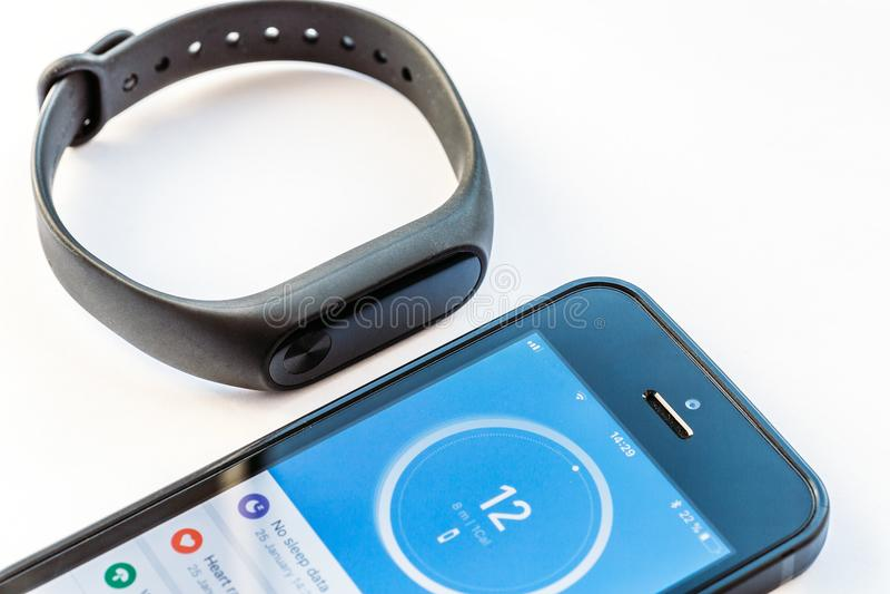 Rosja Voronezh, Styczeń, - 25, 2018: wristband Xiaomi Mi zespół 2 i iPhone SE z otwartym zastosowania Mi napadem obrazy stock