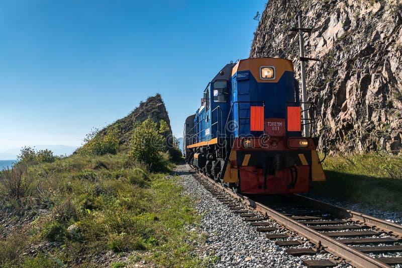 Rosja, Wrzesień 15, turysty pociąg jedzie na Baikal R obraz royalty free