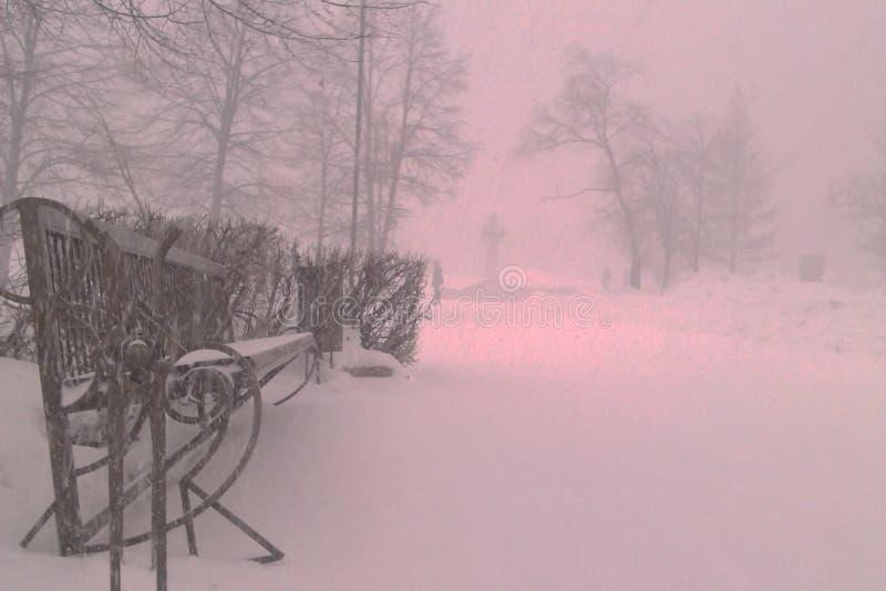 Rosja, zima, ławka w śniegu, śnieżni dni w Chelyabinsk fotografia stock