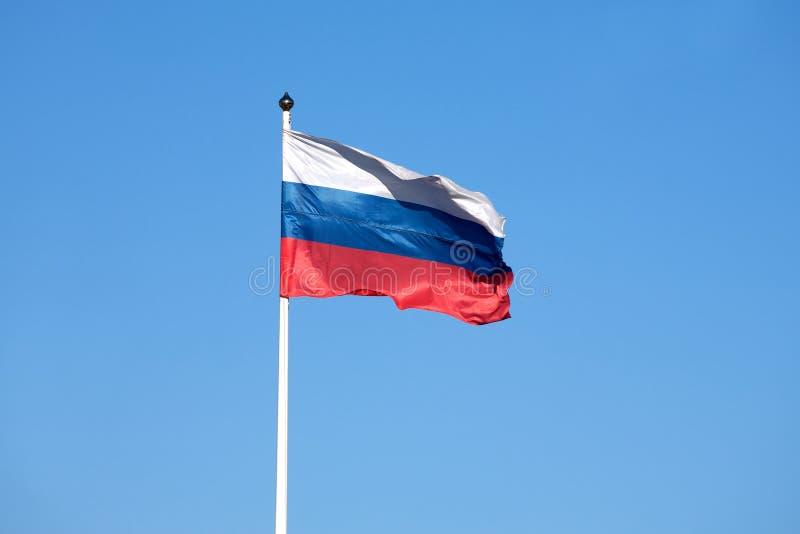 Rosjanin flaga na flagpole falowaniu na niebie obrazy royalty free