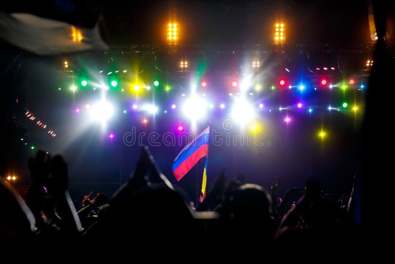 Rosjanin flaga przy koncertem naprzeciw światła od sceny, obraz stock