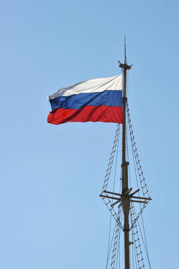 Rosjanin flaga - tricolor na flagpole zdjęcie royalty free