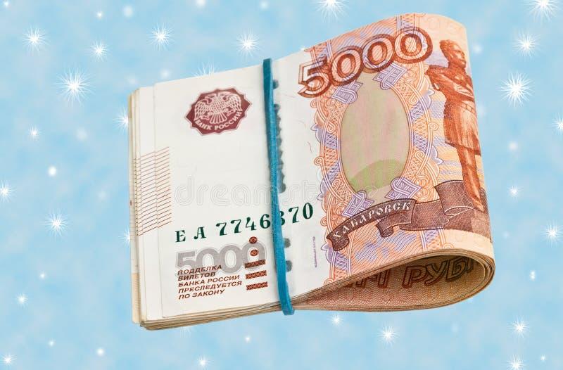 Rosjanin 5000 rubli banknotu na błękitnym tle fotografia stock