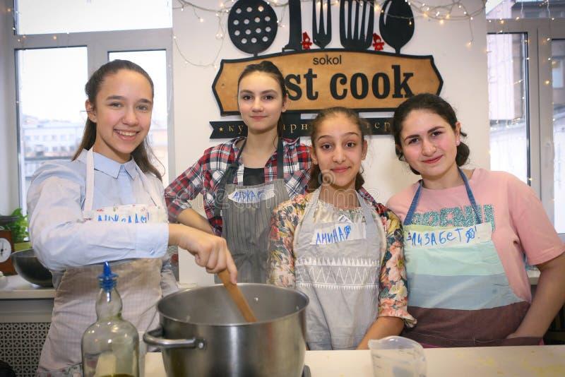 Rosjanin szkolne dziewczyny zespalają się na kucharstwa przyjęcia wydarzeniu zdjęcia stock