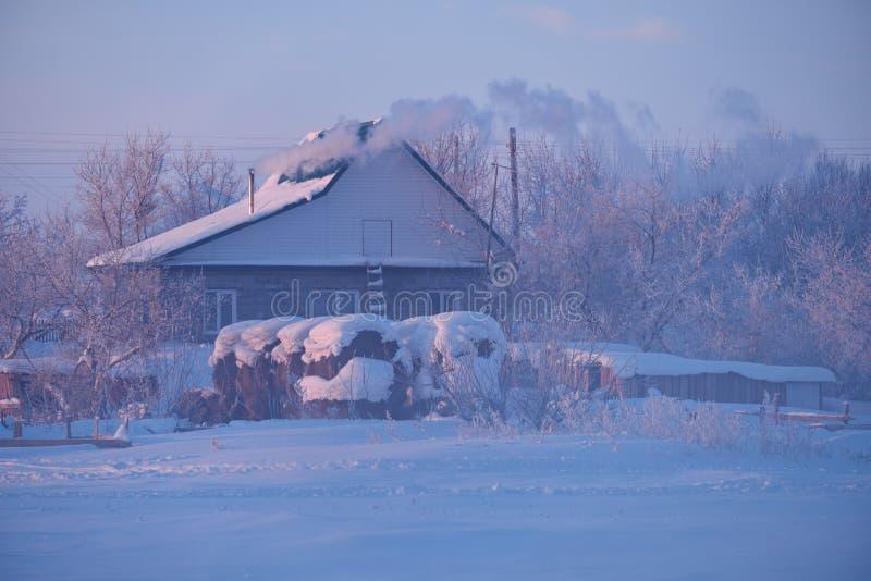Rosjanina Altai wioska Semiletka przy ranku czasem zdjęcie stock