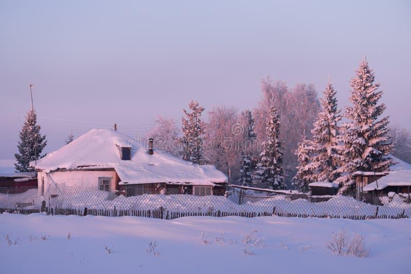 Rosjanina Altai wioska Semiletka przy ranku czasem fotografia stock