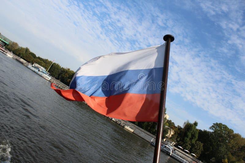 Rosjanina chorągwiany tricolor na flagpole statek, rozwija na wiatrze zdjęcia royalty free