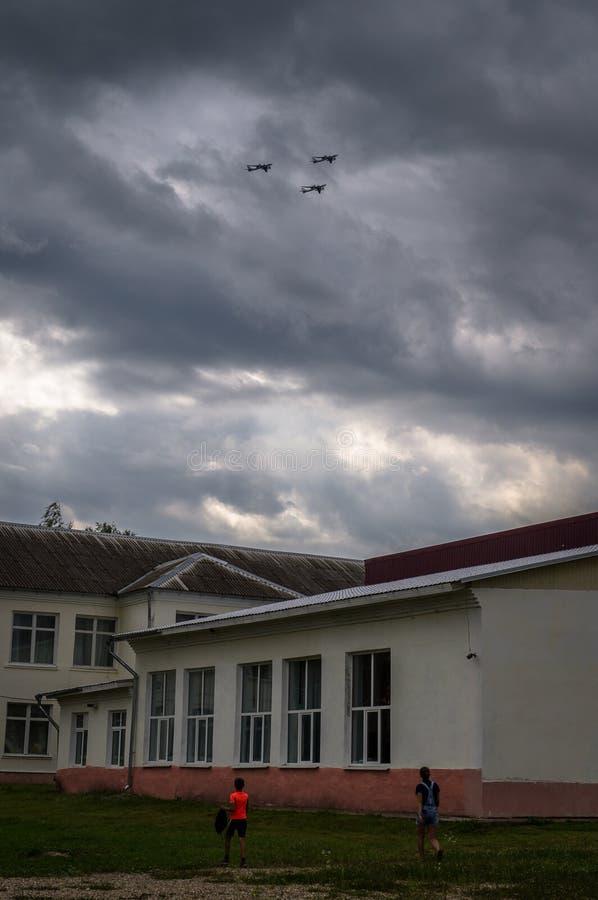 Rosjanina TU-160 bombowiec podczas stażowego lota z refueling w powietrzu w Środkowym Rosja zdjęcia stock