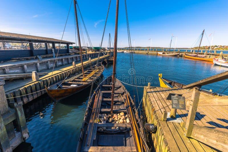 Roskilde, Dinamarca - 1 de mayo de 2017: Barcos largos de Viking en el harbo fotografía de archivo libre de regalías