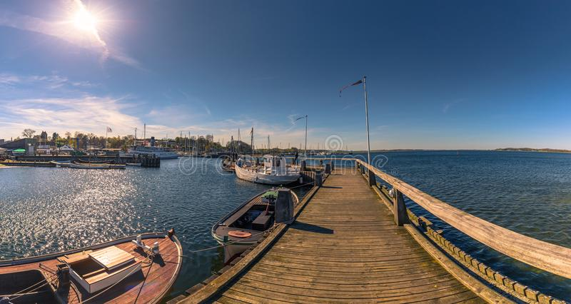 Roskilde, Dinamarca - 1 de mayo de 2017: Barcos largos de Viking en el harbo imagen de archivo libre de regalías