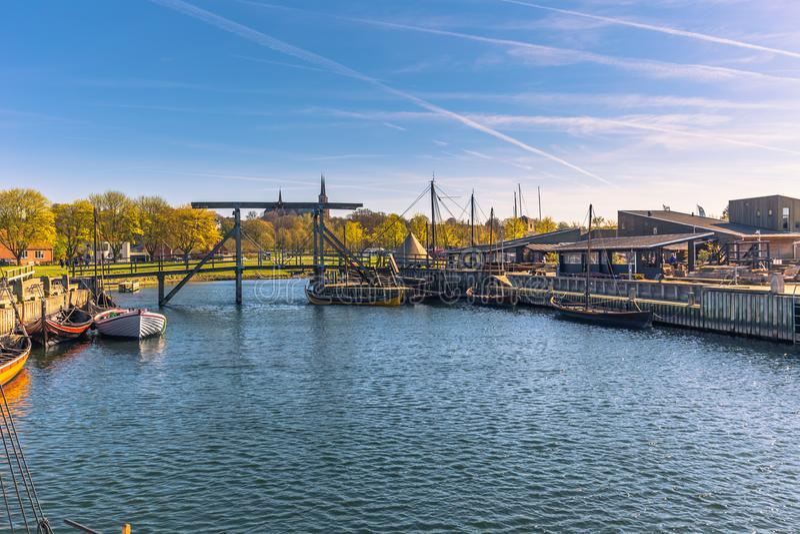 Roskilde, Dinamarca - 1 de mayo de 2017: Barcos largos de Viking en el harbo foto de archivo libre de regalías