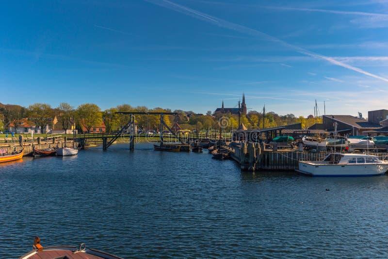 Roskilde, Dinamarca - 1 de mayo de 2017: Barcos largos de Viking en el puerto foto de archivo