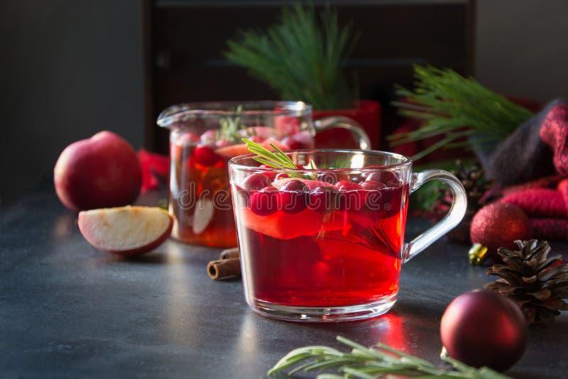 Rosmarin för garnering för jultranbärcoctail och granfilialer på svart close upp Xmas-drink royaltyfria bilder