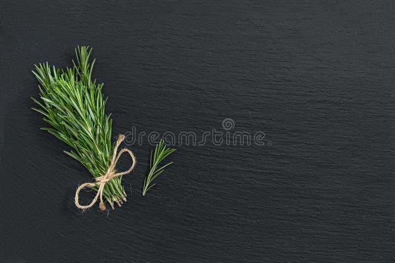 Rosmaringrupp av buketter på svart stenyttersida Bästa sikt, snut arkivbild