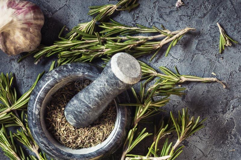 Rosmarini del mazzo del ramo e spezie freschi dell'aglio immagini stock