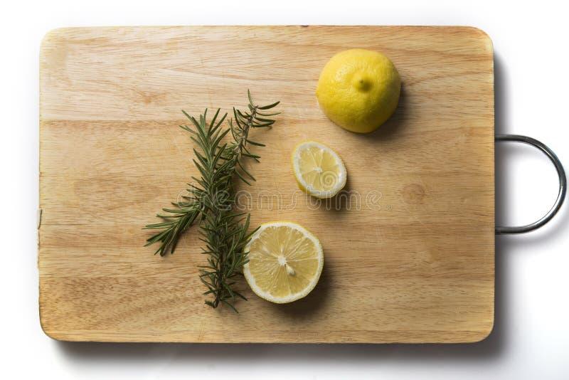 Rosmarini e limone sul blocchetto di spezzettamento fotografie stock