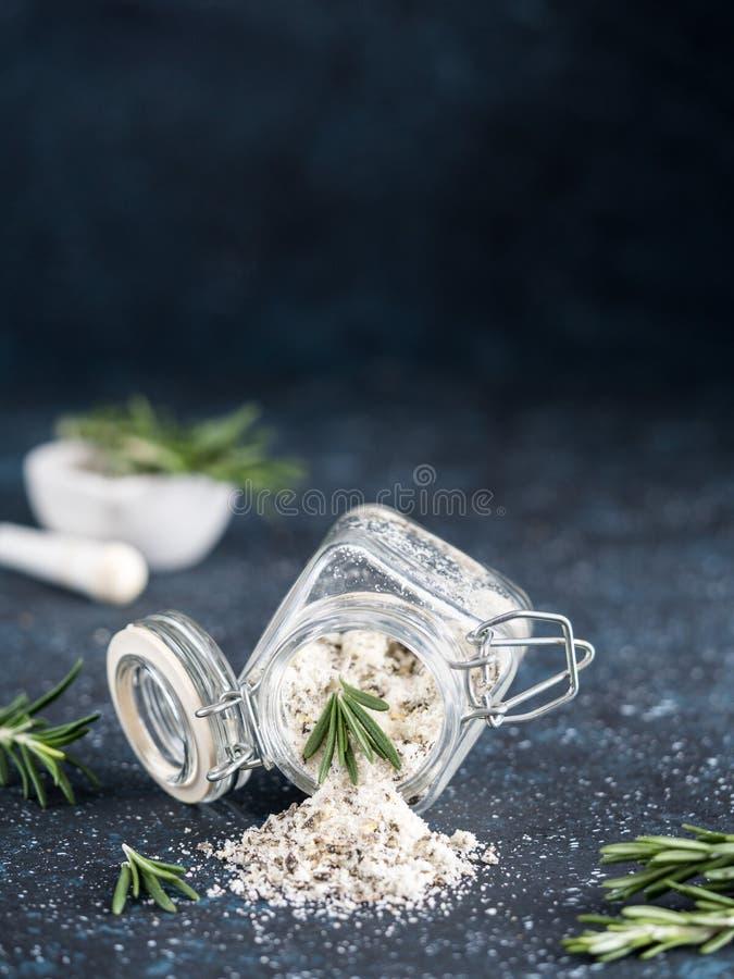 Rosmarini profumati dell'erba del sale marino su fondo blu scuro fotografia stock libera da diritti