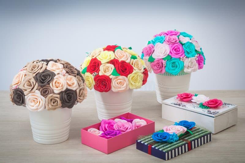 Rosor för konstgjorda blommor från skum arkivbilder