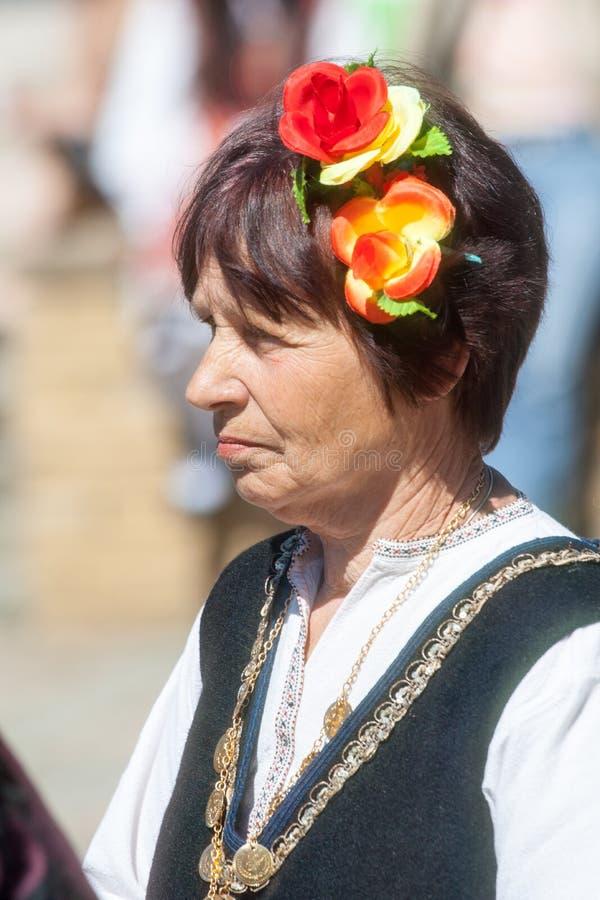 Rosor i garneringen av de bulgariska nationella kvinnorna royaltyfri fotografi