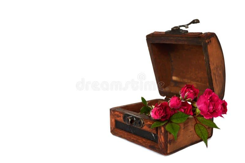 Rosor i träbröstkorg fotografering för bildbyråer