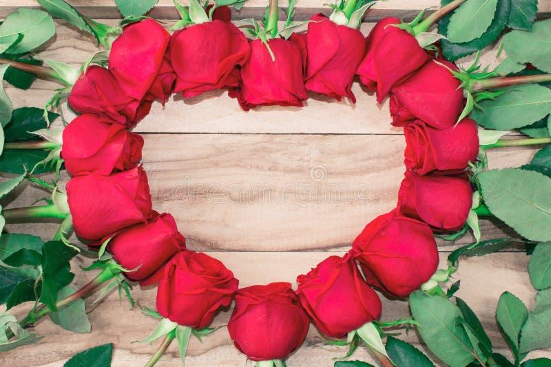 Rosor lade ut i formen av en hjärta på en träbakgrund med fritt utrymme för text festlig bakgrund valentin för dag s royaltyfri illustrationer