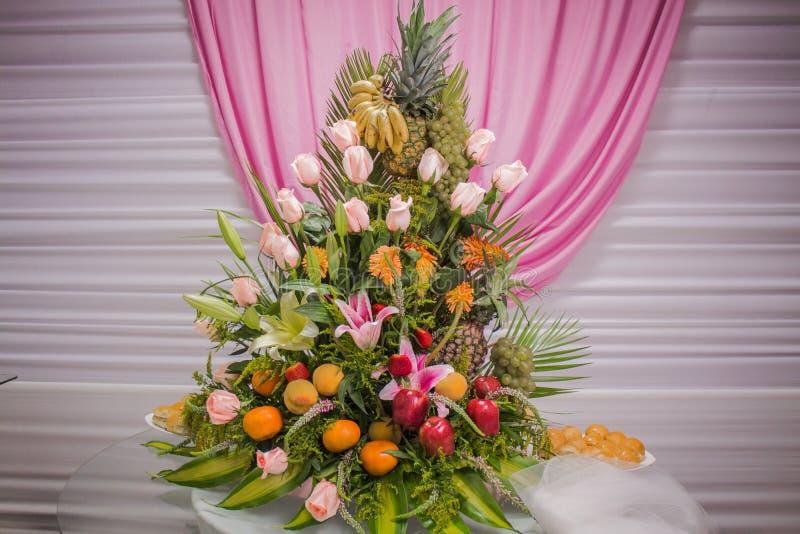 Rosor och blommor för förälskelse arkivbild