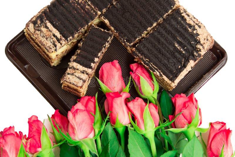 Rosor och kaka royaltyfria bilder