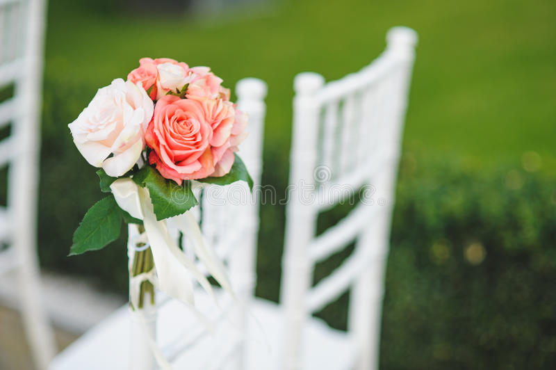Rosor på stol fotografering för bildbyråer