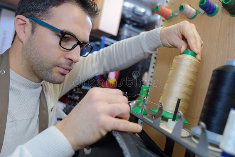 Rosqueando o algodão na máquina imagens de stock