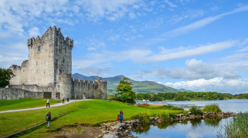 Ross Castle σε ένα ηλιόλουστο πρωί, ιρλανδική αγελάδα κομητειών, Ιρλανδία στοκ φωτογραφίες