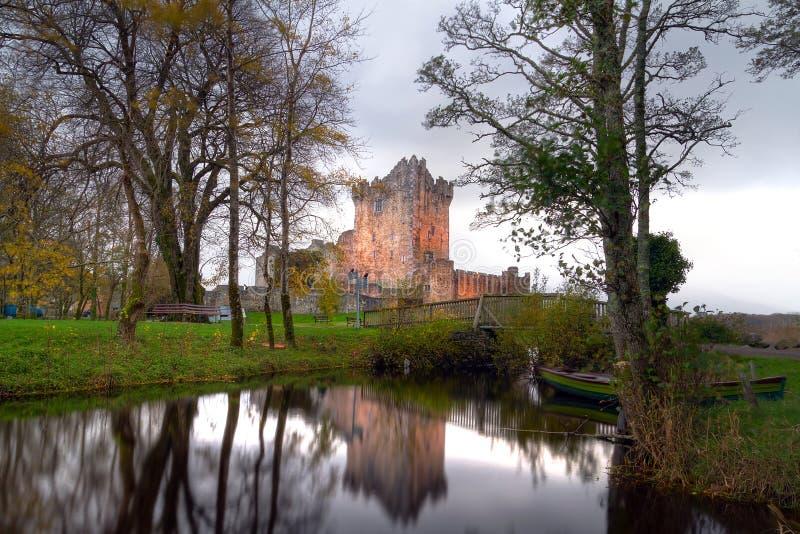 Ross Castle dacht bij de rivier na stock foto's