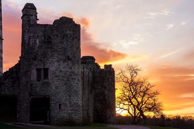 Het kasteel van Ross bij zonsondergang. Killarney. Ierland stock foto's