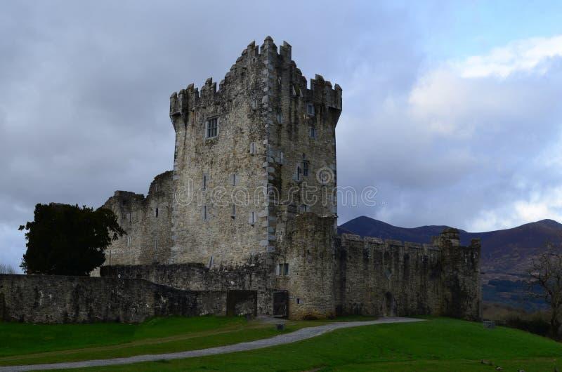 Ross Castle Ruins na Irlanda de Killarney em um dia nebuloso fotografia de stock