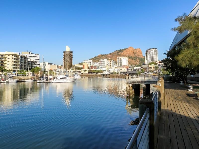 Ross River die door Townsville, Australië, met Kasteelheuvel vloeien op de achtergrond stock afbeelding