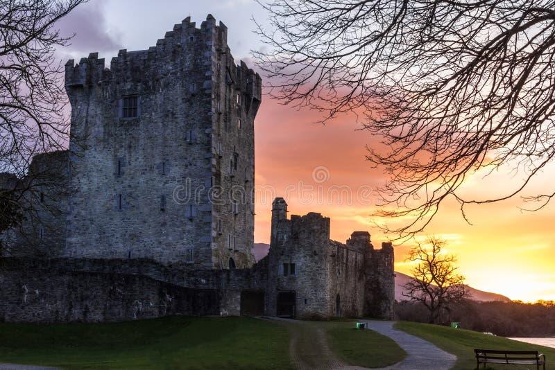Ross slott på solnedgången. Killarney. Irland
