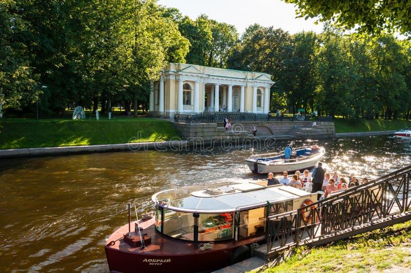 Rossi-Pavillon in Michael Garden und der Moika-Fluss mit Vergnügungsdampfern in St Petersburg, Russland stockfotografie